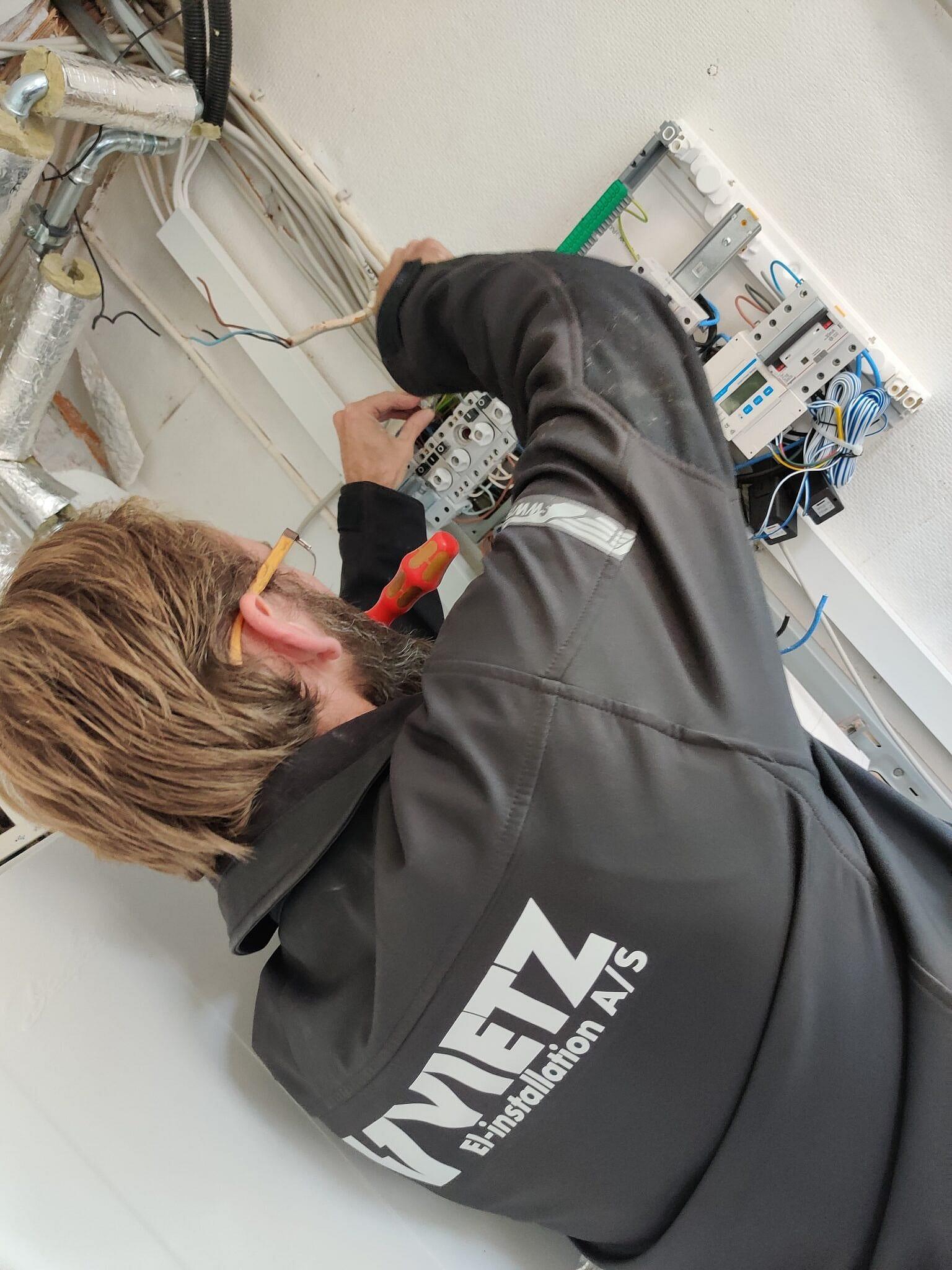 Vietz elektriker i gang med eltavle